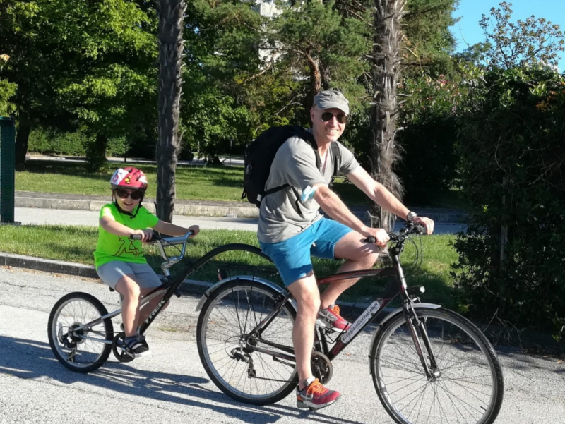 Bambini in bici tra castelli farfalle e giardini labirinto