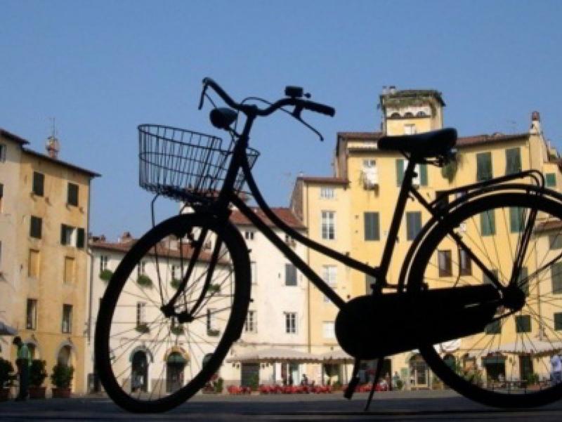 Su e gi per le mura di Lucca in bici con i bambini