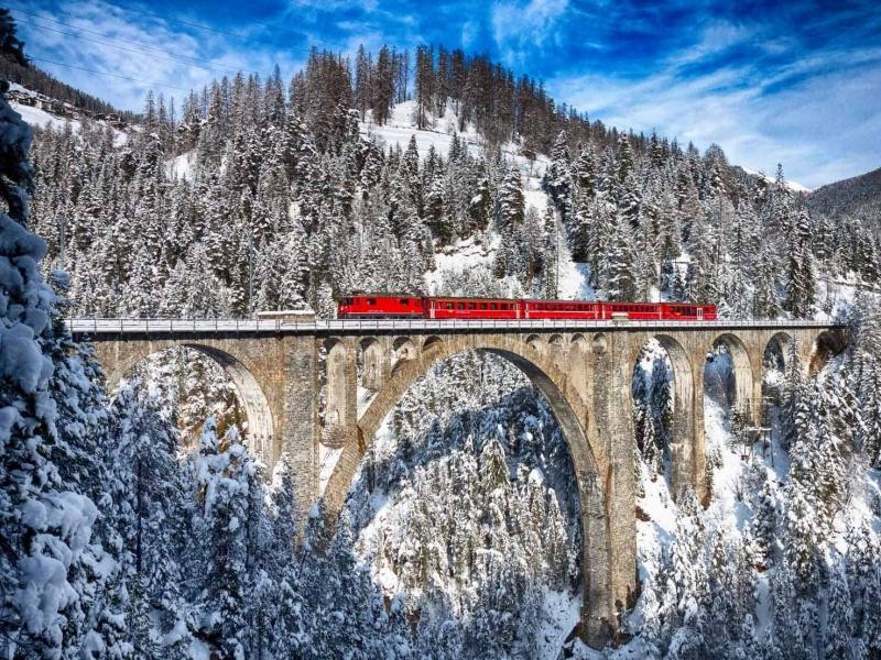 Vacanze con bambini sul Bernina Express per festeggiare larrivo della befana